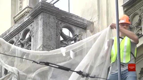 У центрі Львова за майже мільйон гривень відреставрують історичні балкони готелю «Австрія»