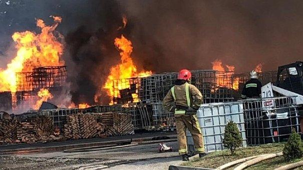 Під Львовом сталася масштабна пожежа на хімічному підприємстві