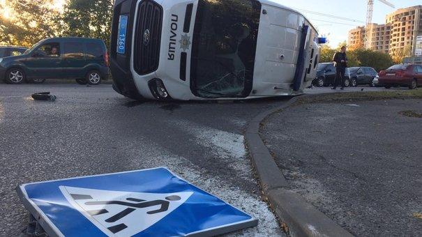 Внаслідок ДТП на перехресті у Львові перекинувся мікроавтобус поліції