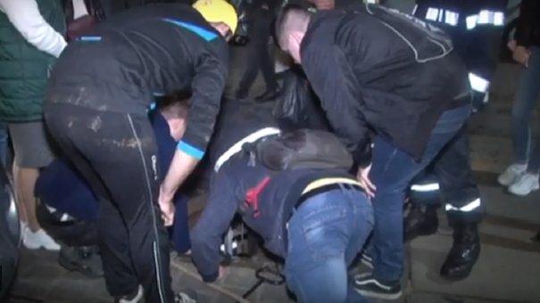 Львівські рятувальники витягли з каналізації кошеня. Відео дня