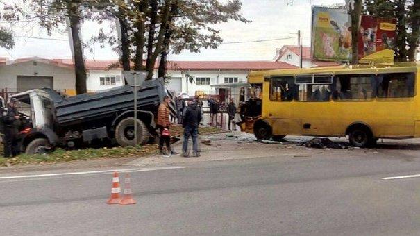 Біля Львова трапилась ДТП між вантажівкою і маршруткою