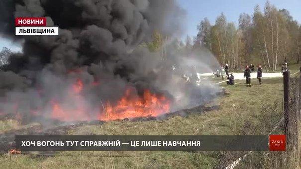 На Львівщині новачки-рятувальники гасили озеро із нафтопродуктами