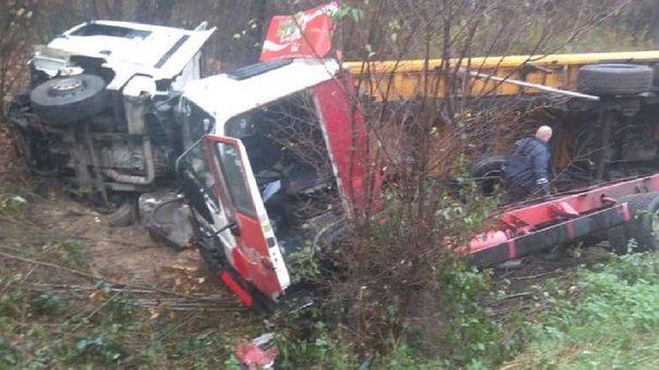 Біля Львова зіткнулися та злетіли з дороги дві вантажівки