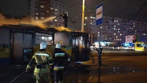 «Львівелектротранс» оприлюднив версії пожежі тролейбуса на Науковій