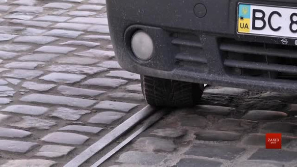 Водіїв просять не паркувати автомобілі на колії на Замарстинівській