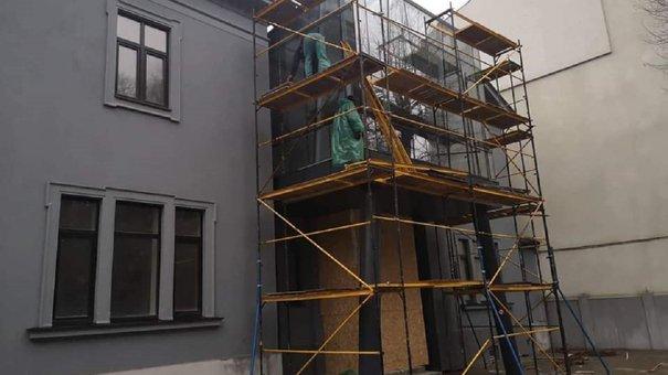 На фасаді вілли Бачевських у Львові демонтують незаконну скляну прибудову