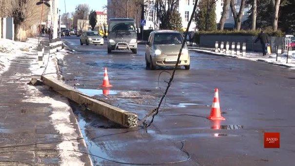 Вантажівка не вписалась у поворот і знесла електроопору у Львові