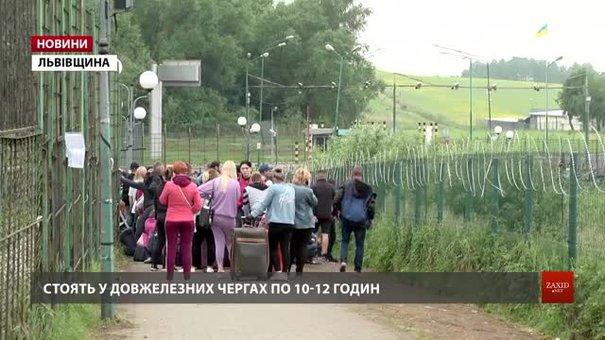 У чергах на пішохідному переході «Шегині» люди очікують по 10-12 годин