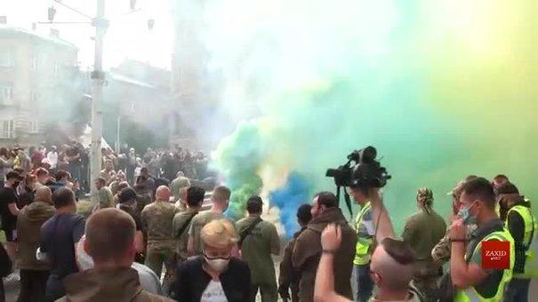 Група псевдоактивістів із фаєрами та петардами вимагала відставки начальника львівської поліції