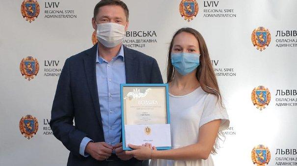 Максим Козицький вручив грошові премії 53 випускникам за найвищі бали із ЗНО