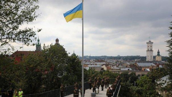 Над Меморіалом Героїв Небесної сотні у Львові урочисто підняли прапор