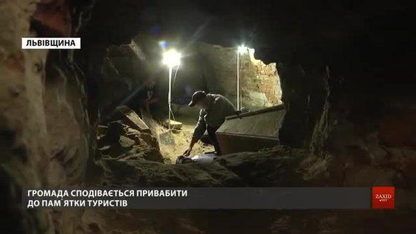 Археологи досліджують поховання у підземних криптах костелу XVII ст. у Комарному