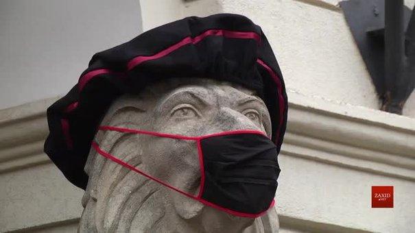 Левів біля львівської Ратуші одягнули у мантії