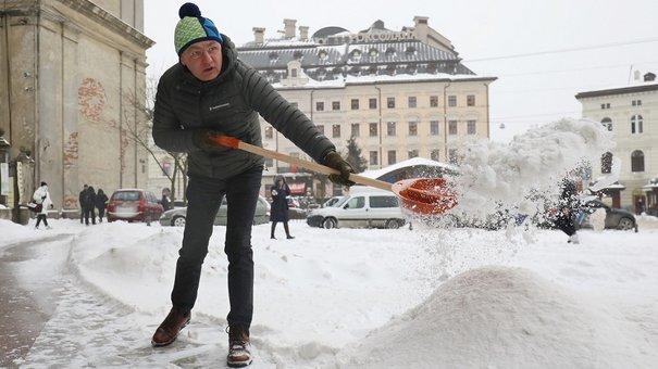 Понад 150 працівників міськради розчищали лопатами центр Львова