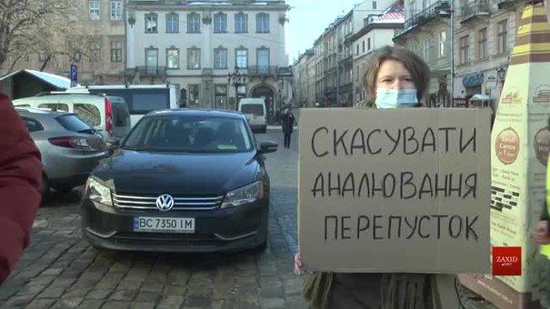 Біля Львівської міськради протестували водії, яким анулювали перепустки в центр міста