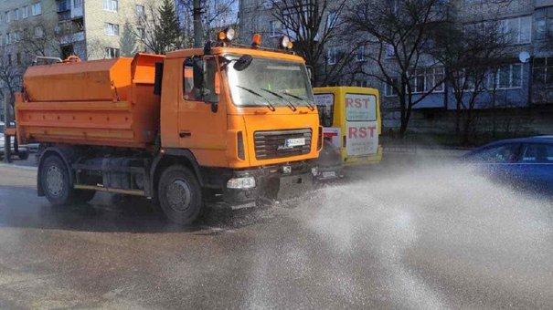 Вулиці Львова чистять порохотягами та поливальними машинами