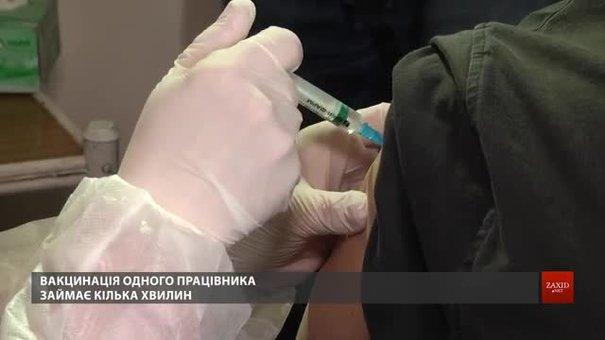 У Львові почали вакцинувати комунальників
