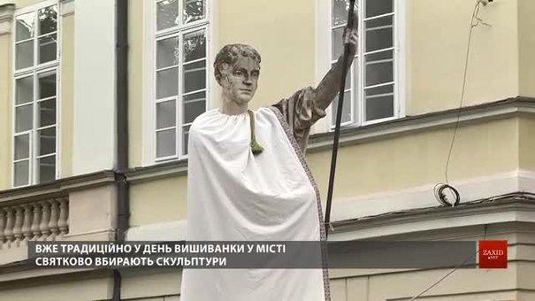 У Львові водії маршруток, офіціанти та депутати прийшли на роботу у вишиванках