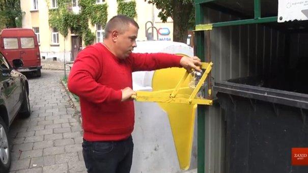 На сміттєвих майданчиках Львова встановили преси для стискання пластикових пляшок