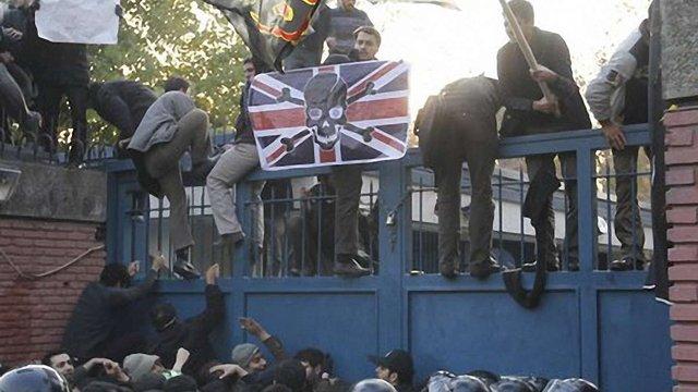 В Ірані протестувальники напали на британське посольство