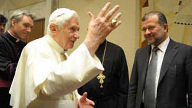 Янукович відправив Балогу з дарунками до Папи Римського