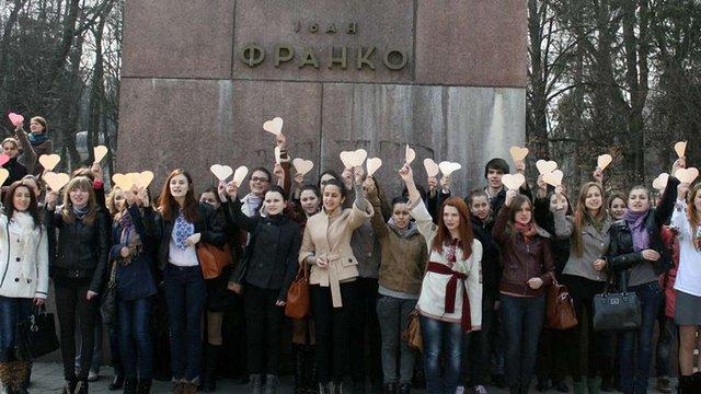 Сто студентів на площі у Львові читали вірш Костенко