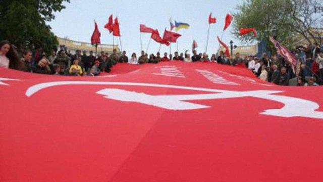 У Львові суд зупинив ухвалу про заборону червоних прапорів