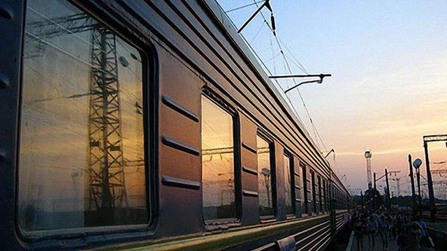 Азаров вимагає повернути нічний потяг Київ-Львів