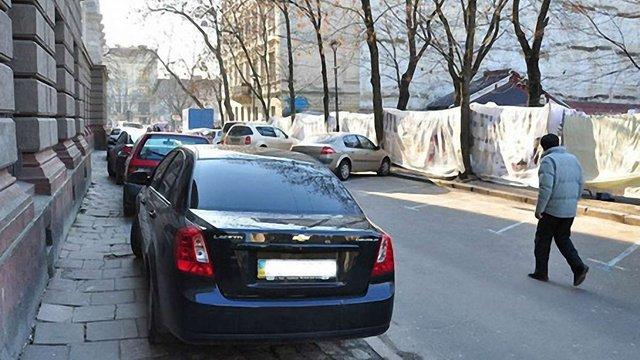 Львів'яни скаржитимуться спецкомісіям на паркування автомобілів на майданчиках