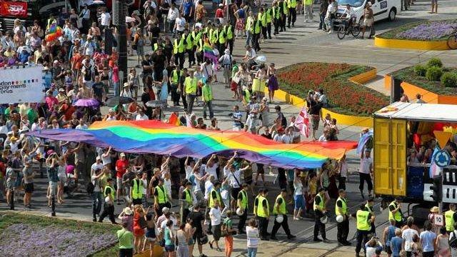 У Варшаві на гей-параді закликали вивчати гомосексуалізм в школах