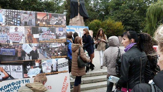 У Львові студенти вибивали крісло з-під чиновника