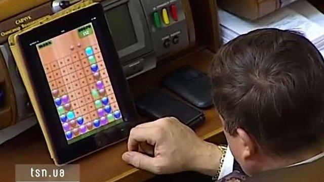 В Іспанії депутатів за ігри на планшетах штрафуватимуть