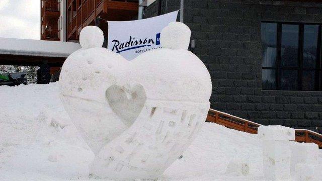 У Буковелі зліпили триметрове серце зі снігу