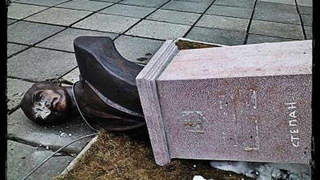 За вихідні на Львівщині поруйнували пам'ятники національним героям