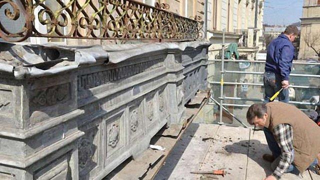 У Львові на площі Соборній, 12 реставрують балкон