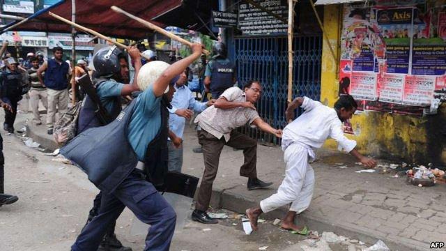 Десять людей загинули у Бангладеш у сутичках з поліцією