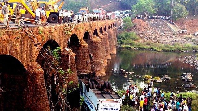 У М'янмі автобус впав з моста: загинуло 11 осіб
