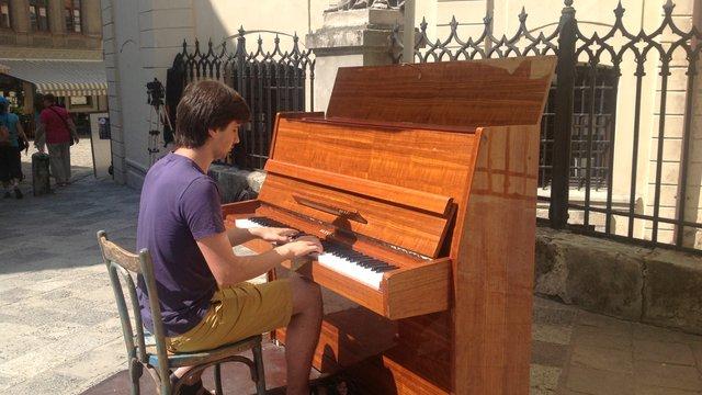 У центрі Львова з'явилось вуличне фортепіано