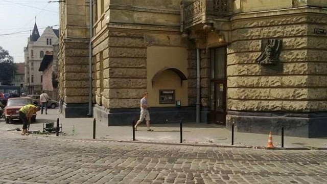 На Підвальній тротуар відгороджують стовпцями за кошти львів'ян