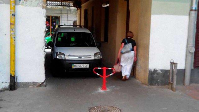 Попри заборону, у Кривій Липі досі паркують машини