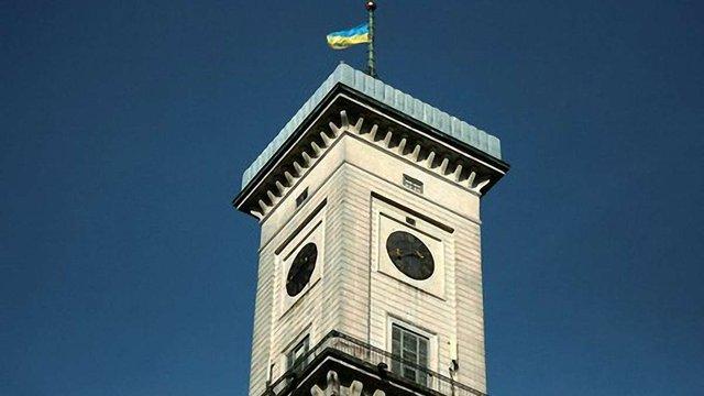 На львівській ратуші позолотять цифри і стрілки годинників
