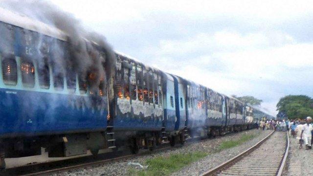 В Індії потяг врізався в паломників: понад 30 загиблих
