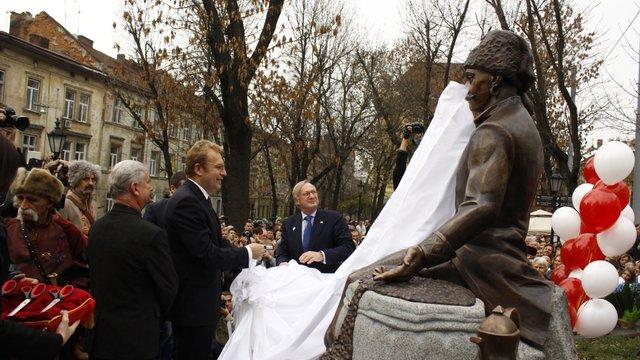 У Львові відкрили «кавовий» пам'ятник Юрію Кульчицькому. Фото дня