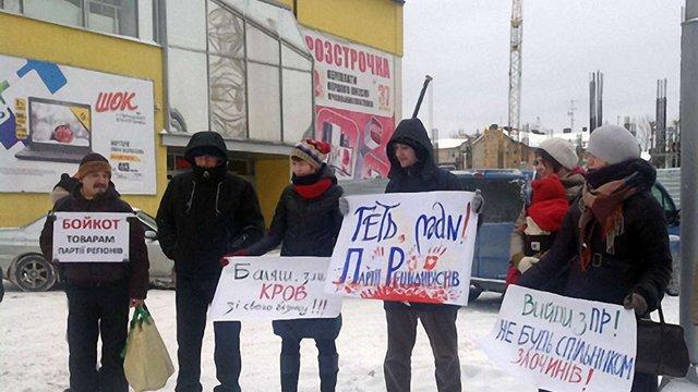 У Львові біля супермаркету «Шок» збудували «криваву йолку» (фото)