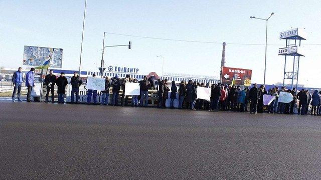 У Львові працівники «Епіцентру» вимагають розібрати барикади