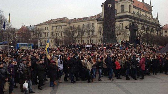 На львівському Євромайдані зібралося кілька тисяч людей