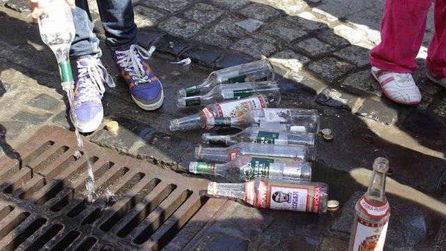 У Львові вилили в каналізацію російську горілку
