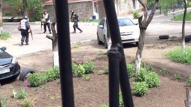 У Маріуполі точиться масштабний бій. Силовики ввели у місто БТРи