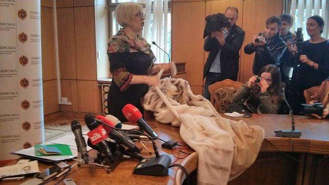 Ірина Сех показала журналістам шубу та закордонні паспорти