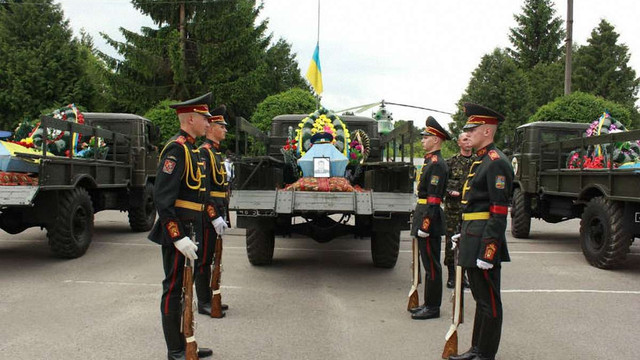 У Бродах попрощалися із загиблими у Слов'янську пілотами